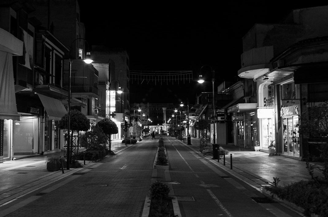 Καραντίνα σε ασπρόμαυρο φόντο! Μεσάνυχτα Σαββατόβραδο του Λαζάρου στην όμορφη, έρημη Λάρισα… (Φωτορεπορτάζ)