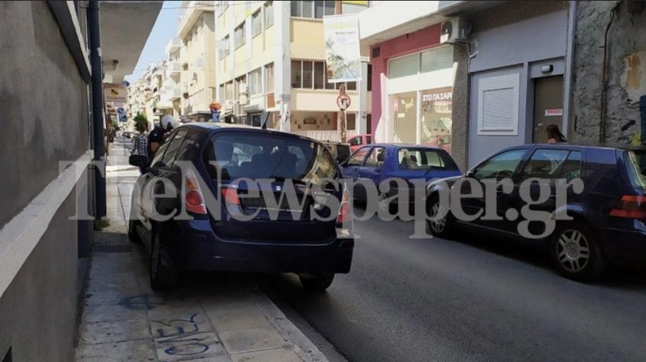 Απίστευτο: Στάθμευσε σε πεζοδρόμιο και έκλεισε ολόκληρο δρόμο στο Βόλο [εικόνες]