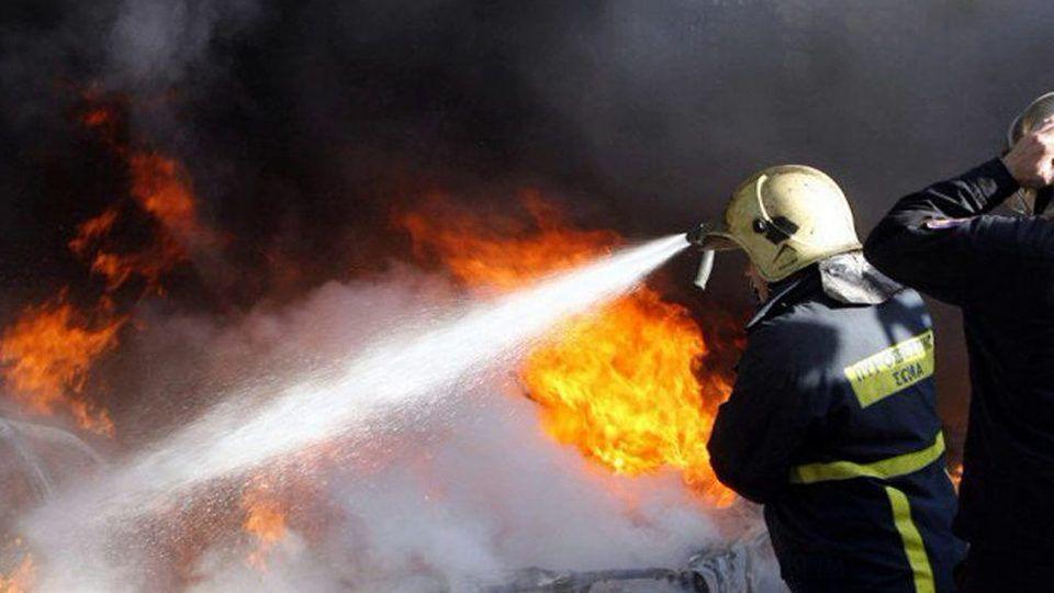 Αυτοκίνητο άρπαξε φωτιά εν κινήσει στο δρόμο Λάρισας – Αγιάς