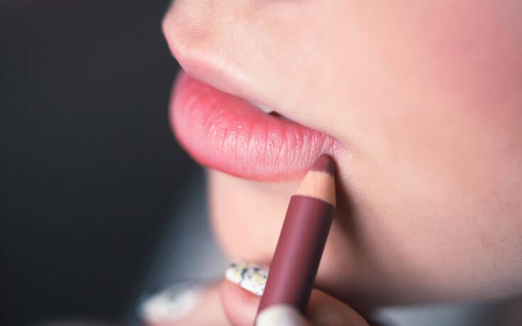 Πώς να σχεδιάσετε το τέλειο περίγραμμα στα χείλη σας