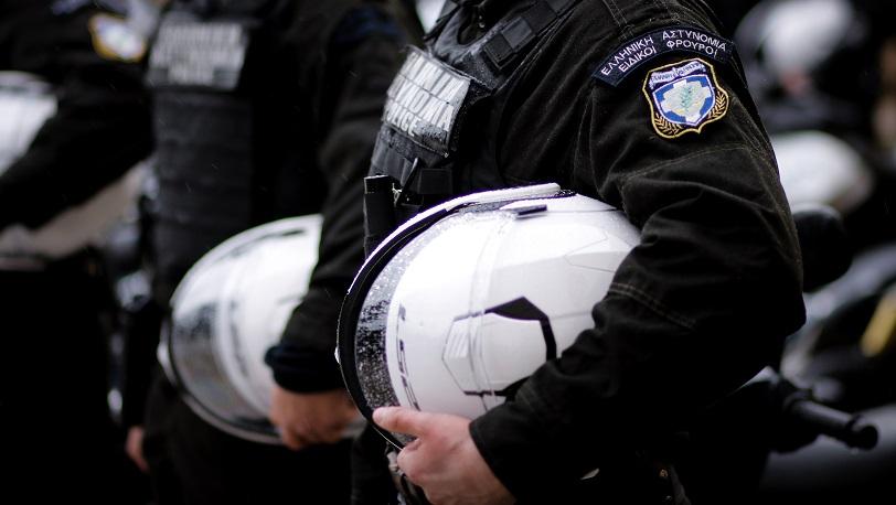Λαρισαίοι αστυνομικοί έσωσαν δύο ανθρώπους από να πέσουν με το αυτοκίνητο στο γκρεμό