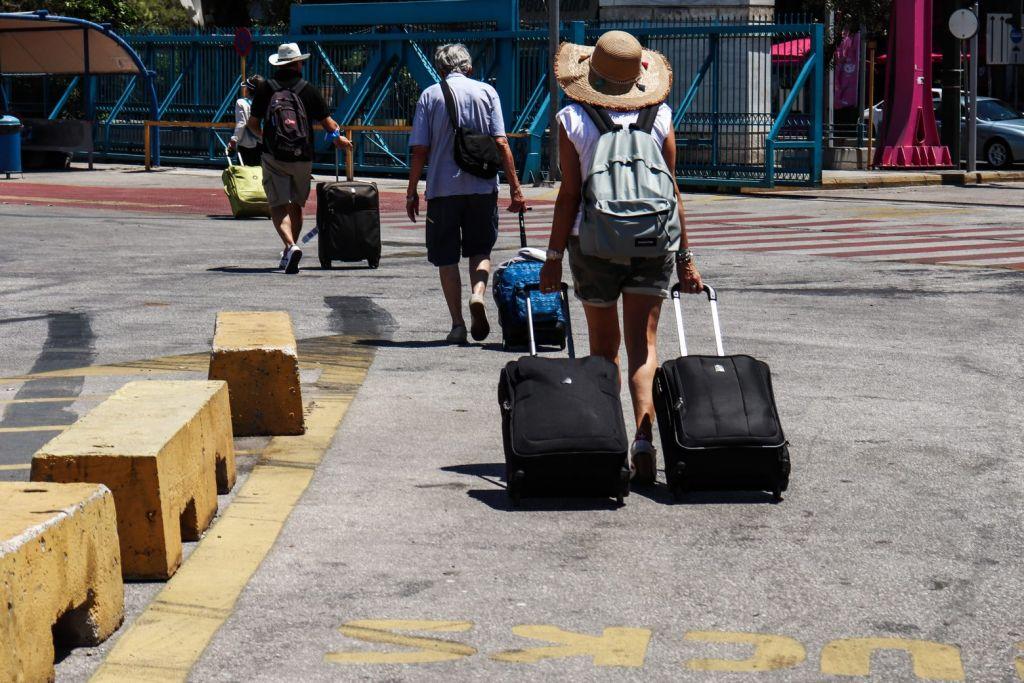 Κοροναϊός: Σοβαρεύουν τα πράγματα – Ξανά τετραψήφιος αριθμός κρουσμάτων, αύξηση εισαγωγών στα νοσοκομεία