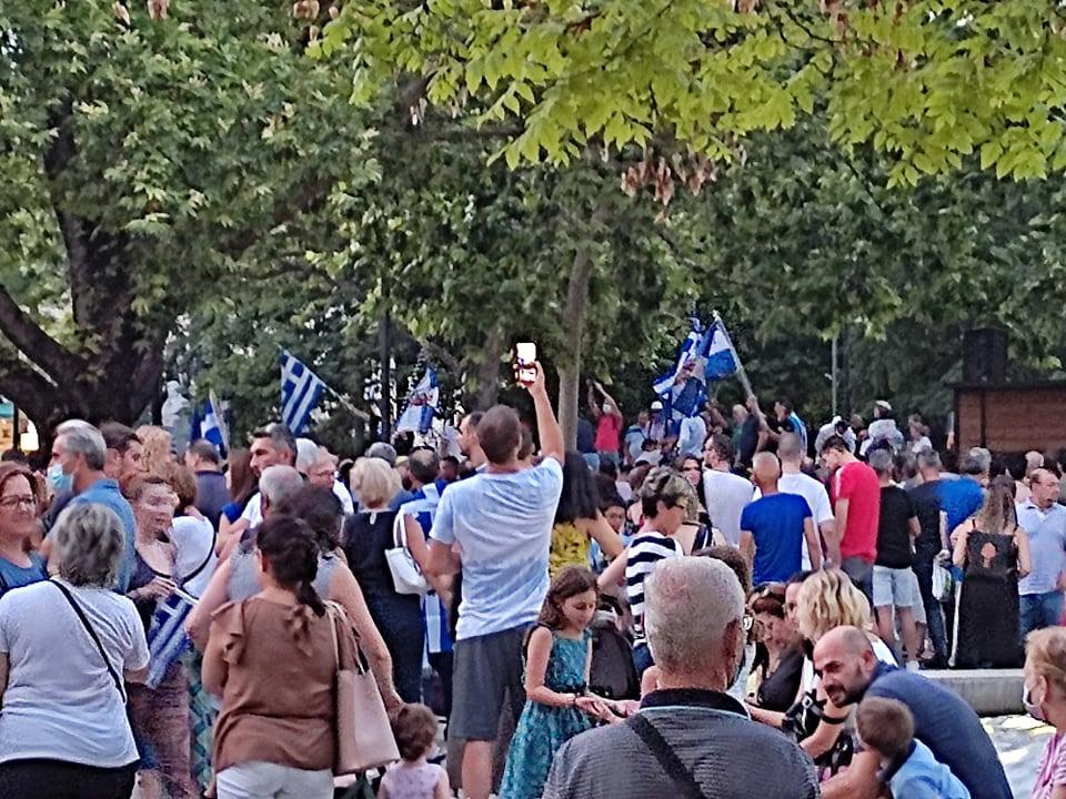 Γέμισαν την Κεντρική Πλατεία της Λάρισας διαδηλώνοντας ενάντια στον υποχρεωτικό εμβολιασμό – ΦΩΤΟ