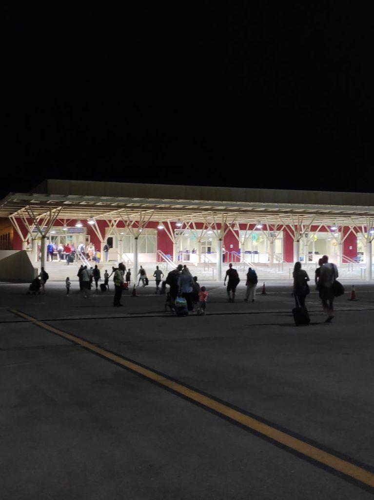 Το ertnews.gr στην υποδοχή της πρώτης πτήσης από το Άμπου Ντάμπι στα Χανιά με 157 επιβάτες