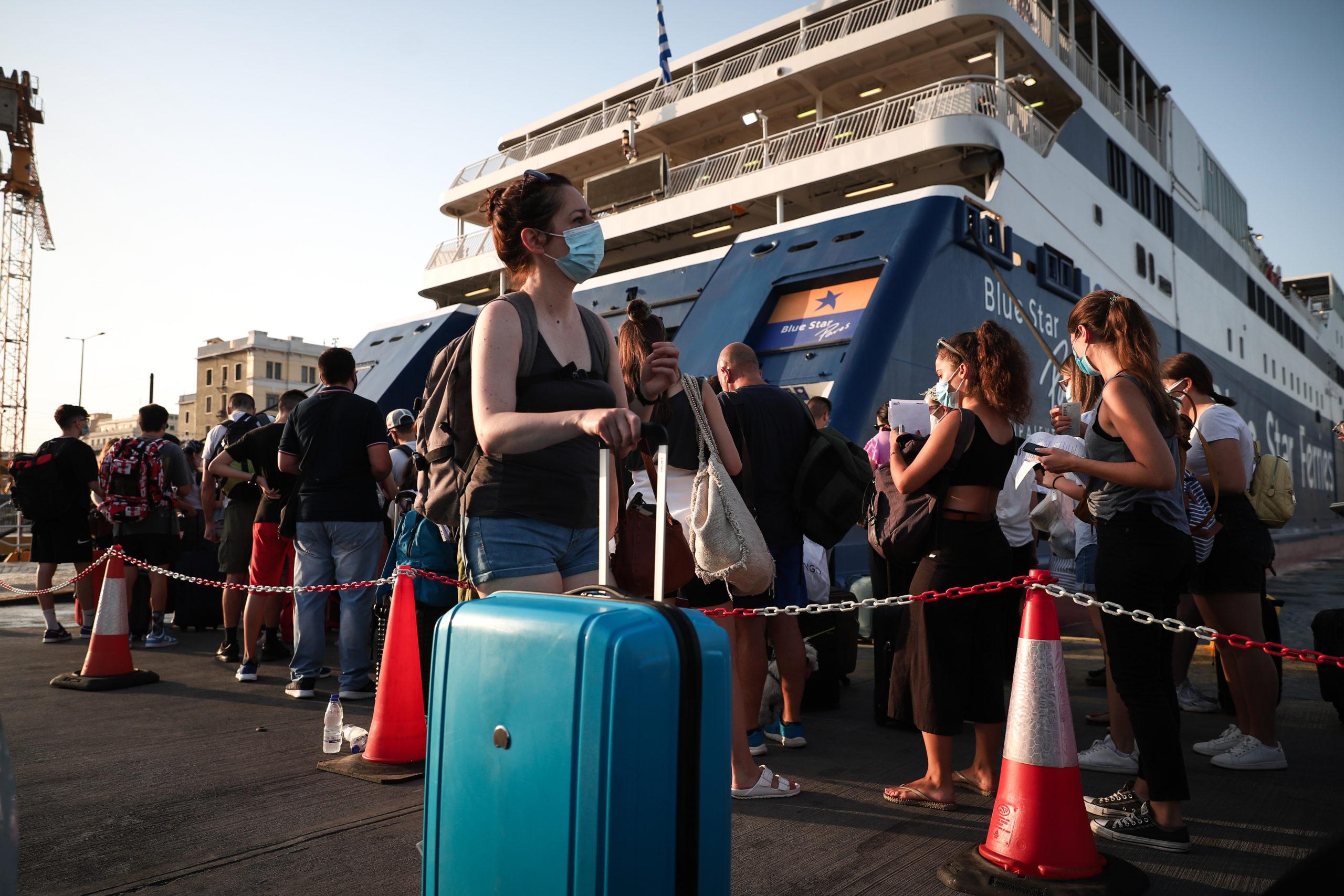 Το «αδιαχώρητο» στα πλοία από τους ταξιδιώτες του Αυγούστου – Εντατικοί έλεγχοι από το λιμενικό (video)