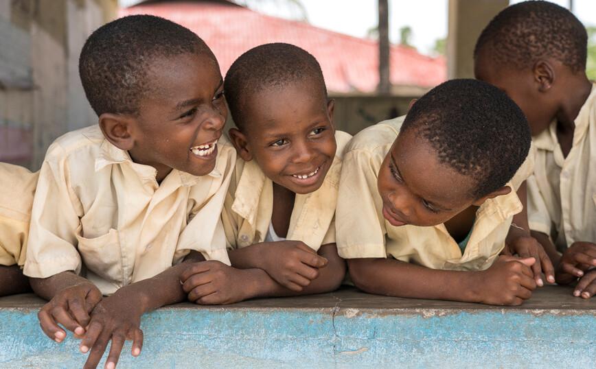 Η επιδημία του γέλιου στην Τανζανία που οδήγησε στο κλείσιμο 14 σχολείων