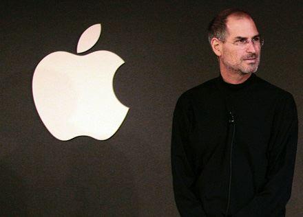 Steve Jobs ed il logo della Apple