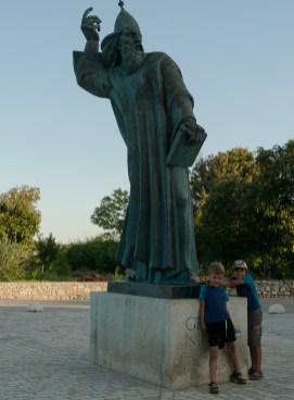 Raph et Antoine posant devant la statue d'un personnage qu'ils ont pris pour Dumbledore (Harry potter)...