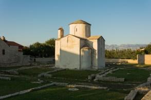"""La """"plus petite Cathédrale du monde"""", inscrite au patrimoine mondiale de l'Unesco, et ruines de l'ancienne cité romaine en avant plan."""