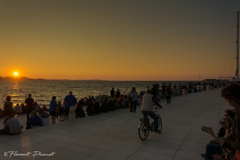 Foule en attente du coucher de soleil aux orgues marine de Zadar.