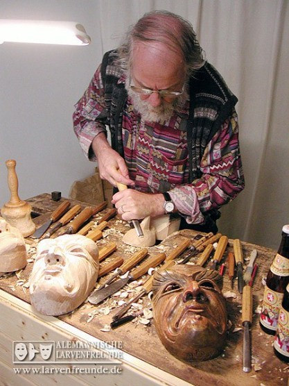 Der Elzacher Holzbildhauer Konrad Wernet bei der Arbeit