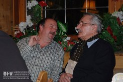 Zwei Larvenfreunde in reger Diskussion