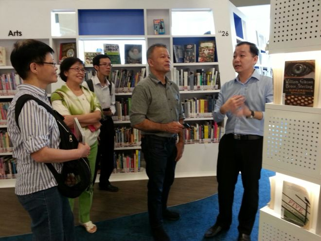 Mr. Koh Chee Boon, Librarian, expounding on the curated books displays positioned at the specialized Barcelona towers.