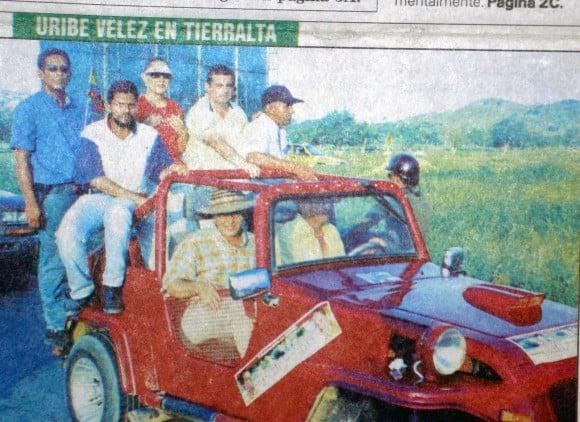 Uribe candidato acompañó en la campaña para el senado a Eleonora Pineda y Miguel Alfonso De La Espriella quienes confesaron sus vínculos con los paramilitares para lograr los votos que les dieron el triunfo electoral. Aquí, en Tierra Alta, el mayor fortín de influencia de Salvatore Mancuso.