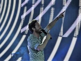 Manuel Carrasco, en un momento de su concierto en Sevilla.