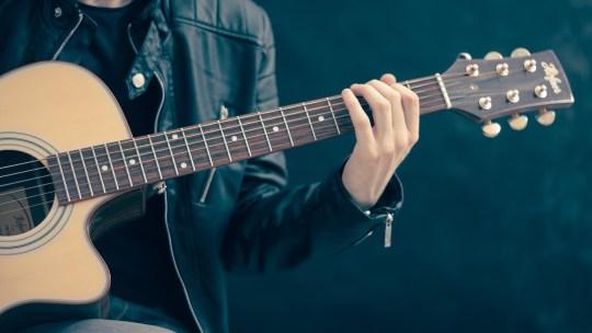 Apprendre à jouer de la guitare ?