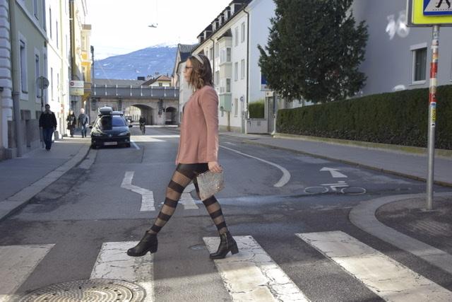 Sara Erb beim Shooting mit Kati Zöhr in Innsbruck, wie sie ganz im Beatles Style über den Zebrastreifen marschiert.