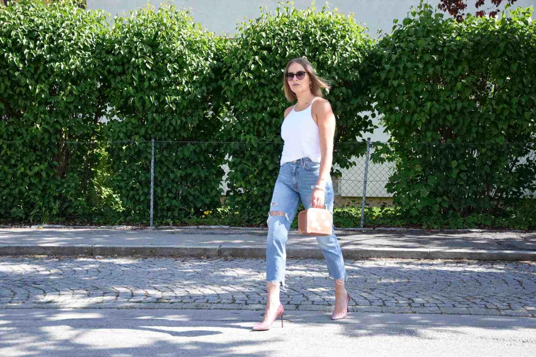 Carrie Bradshaw Look Sara Erb mit pinken Glitzerheels von Jimmy Choo und torn Jeans