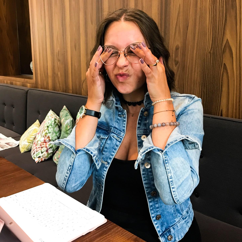 Blaulicht stresst deine Augen. So kann es zu Rötungen und Jucken der Augen kommen, vor allem bei zu langer Bildschirmzeit. Eine Blaulichtfilterbrille kann da helfen, erzählt Selbstbewusstseins- und Achtsamkeitsbloggerin Sara Erb aus Tirol.