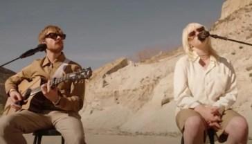 Billie Eilish e Finneas si esibiscono in acustico nel deserto [VIDEO]