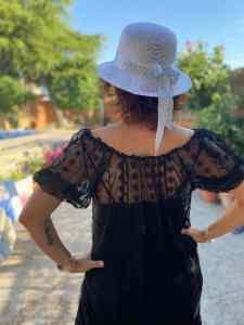 Mi morena Lo que queda por vivir de espaldas con sombrero