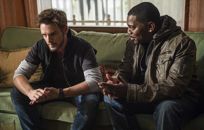"""Frequency -- """"Signal and Noise"""" -- Image Number: FRG102b_0186.jpg -- Pictured (L-R): Riley Smith as Frank and Mekhi Phifer as Stan -- Photo: Diyah Pera/The CW -- © 2016 The CW Network, LLC. All rights reserved."""