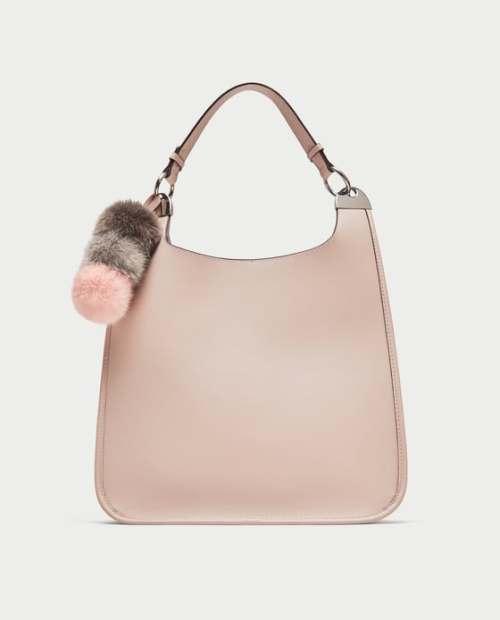 Bolso con pompón rosa de ZARA