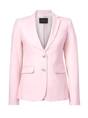 Blazer rosa perfecta para darle un toque de color sutil a la paleta de neutros de los looks de oficina. Banna Republic