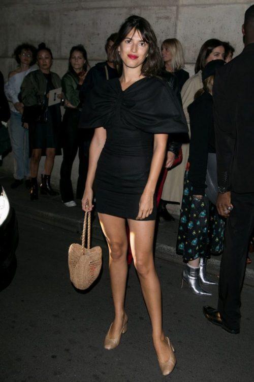 Con un minidress negro y complementos en tonos nude. ¡Atenta a su bolso de mimbre! | With a black minidress and complements in nude tones. Watch her raffia bag!