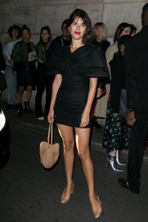 Con un minidress negro y complementos en tonos nude. ¡Atenta a su bolso de mimbre!   With a black minidress and complements in nude tones. Watch her raffia bag!