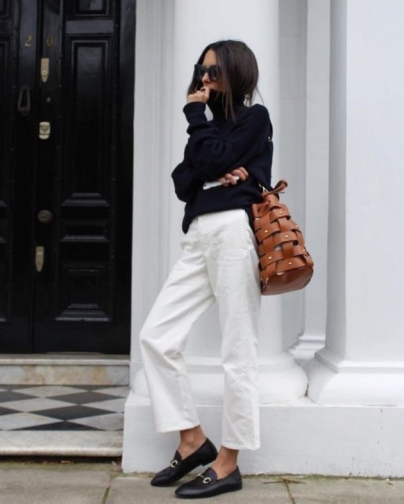 How to wear white jeans, cropped jeans with loafers comfy jersey and camel bag - La Selectiva