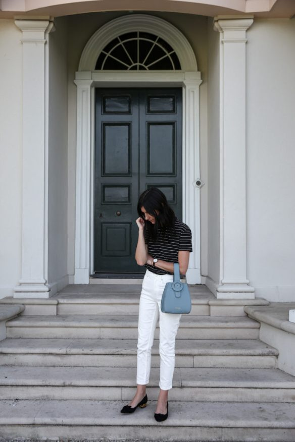 How to wear white jeans, preppy with stripped shirt and statement bag - La Selectiva