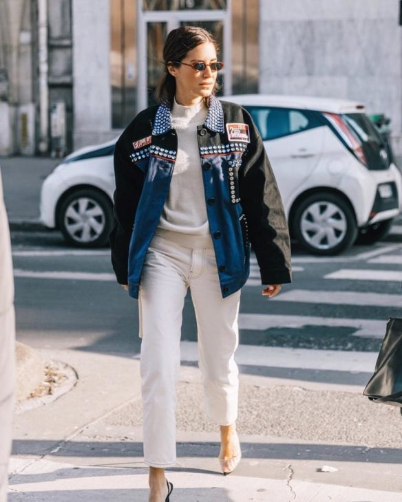 How to wear white jeans, Gala Gonzalez wears a white cropped jeans with high heels and customized jacket - La Selectiva