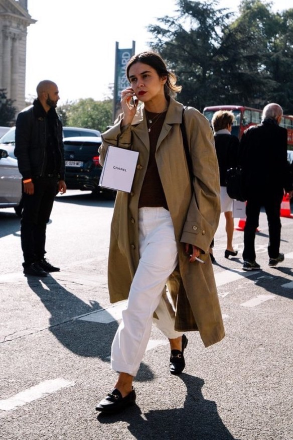 How to wear white jeans,white jeans with loafers and trench - La Selectiva