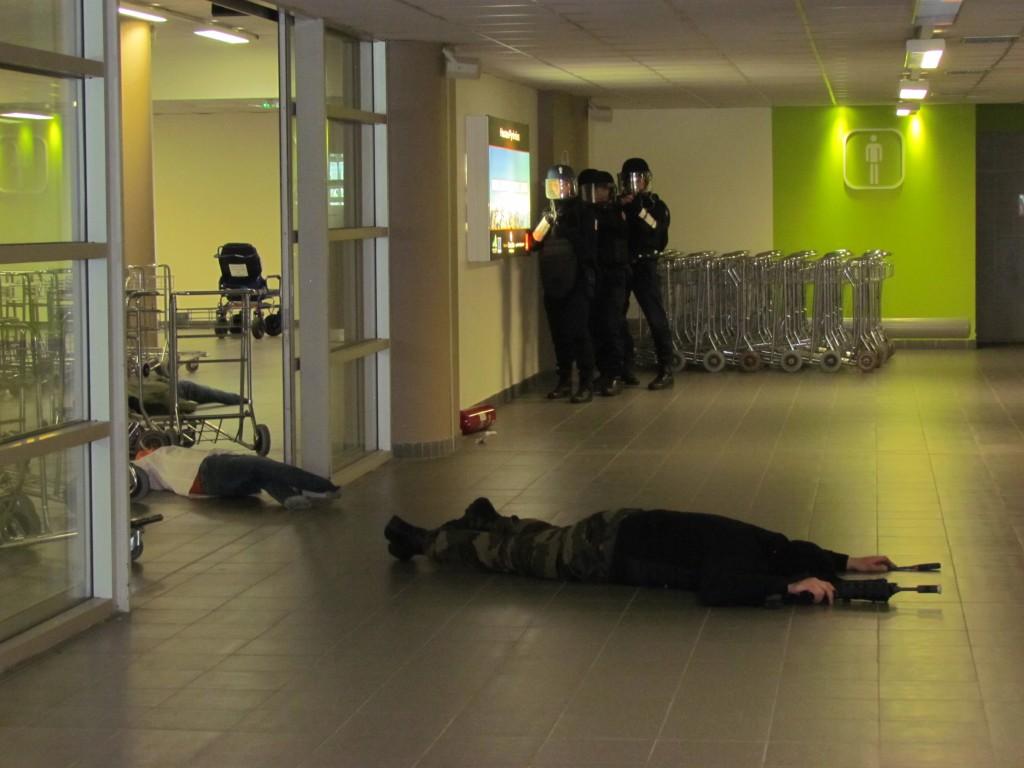 video simulation d un attentat l a roport tarbes lourdes pyr n es la semaine des pyr n es. Black Bedroom Furniture Sets. Home Design Ideas