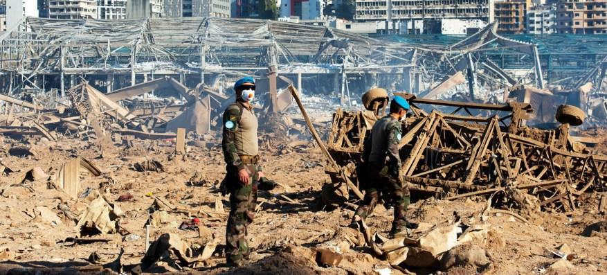 El personal de mantenimiento de la paz de la misión de la ONU, FPNUL, evalúa la magnitud de la explosión que destruyó el puerto de Beirut, Líbano.