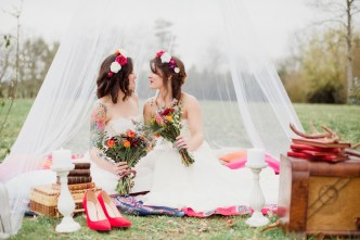 Couple lesbien pour un mariage rustique et vintage