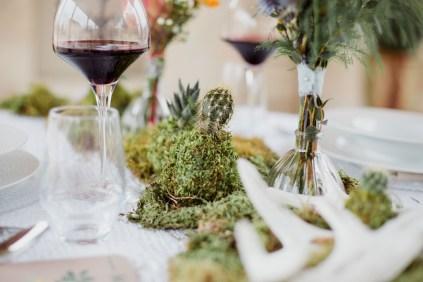 Décoration de table avec de la mousse végétale