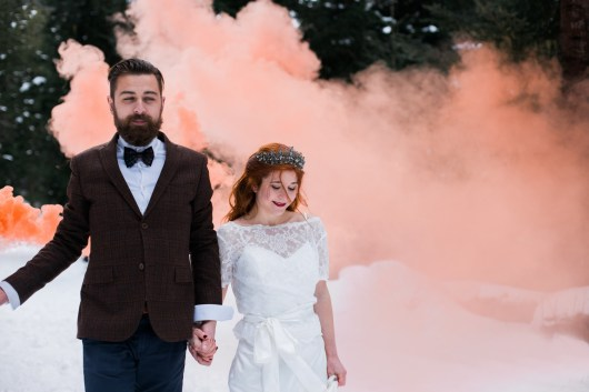 Mariés avec un fumigène orange