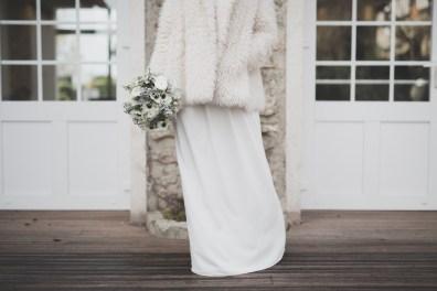 Robe de mariée et bouquet de mariée en hiver