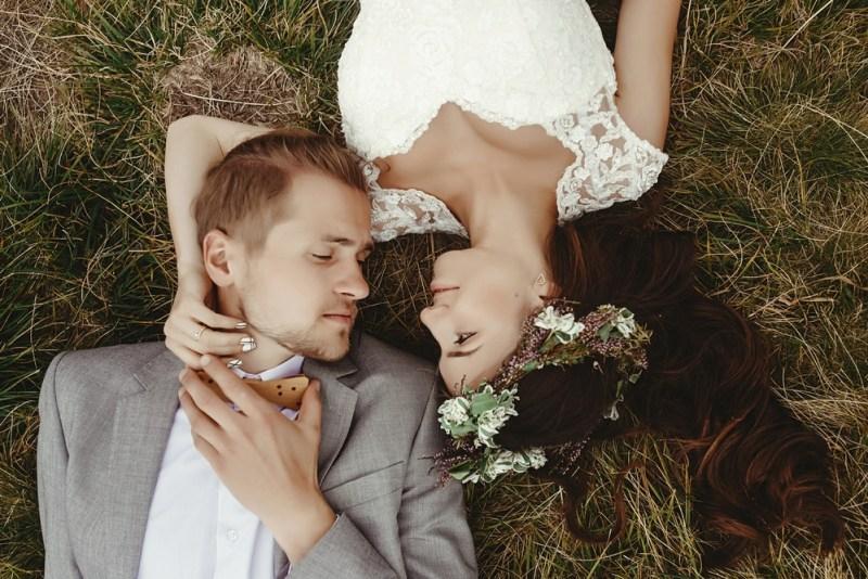 Couple mariés allongés dans l'herbe