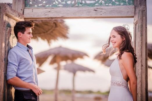 Couple de mariés sur une plage privée