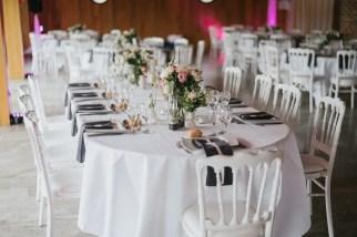 Décoration de table grise, rose et blanche