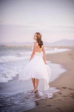 Mariée les pieds dans les vagues