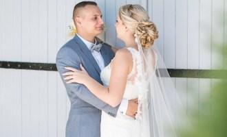 Mariés devant une porte de grange