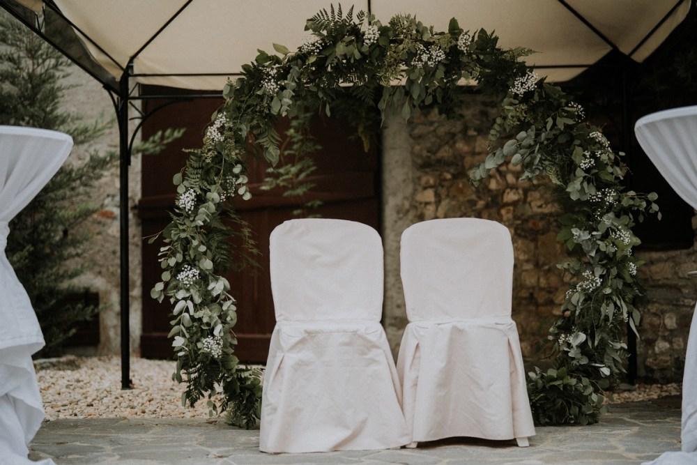 arche-ronde-vegetale-chaises-mariage