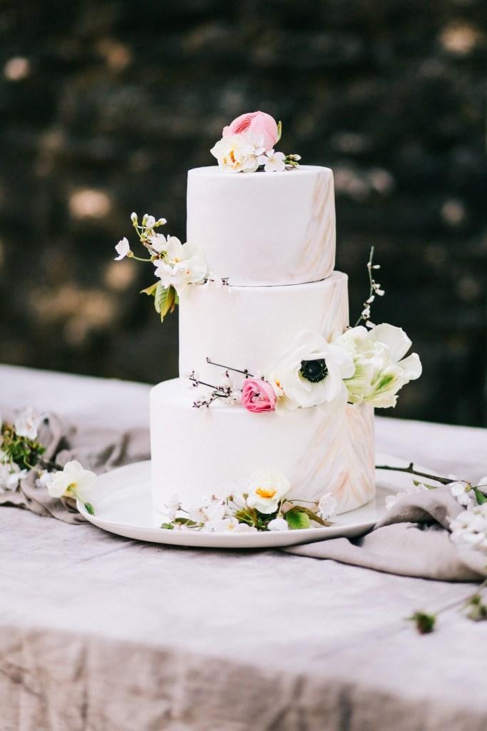 wedding-cake-marbre-anemone-blanche