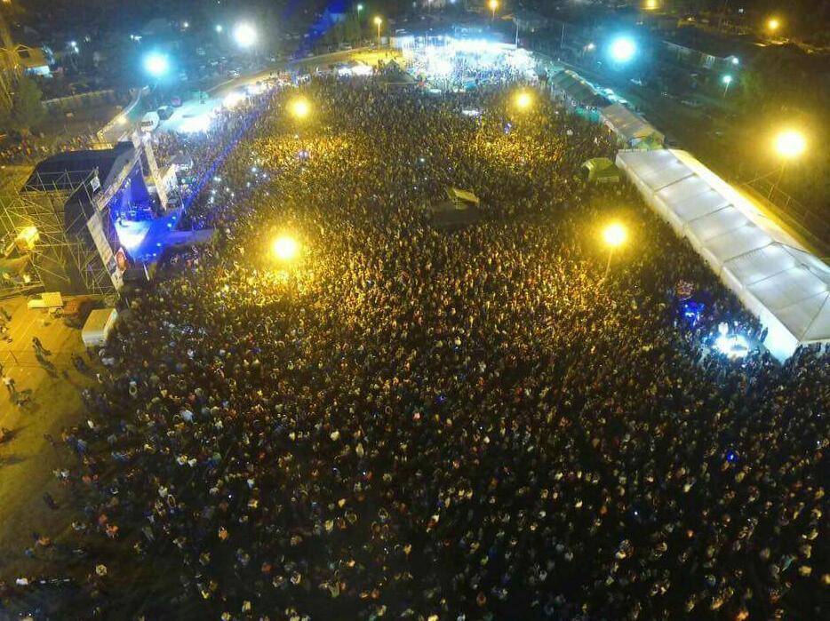 Una multitud en la Fiesta Nacional del Lúpulo (El Bolsón)