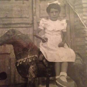 Niña con caballo de juguete
