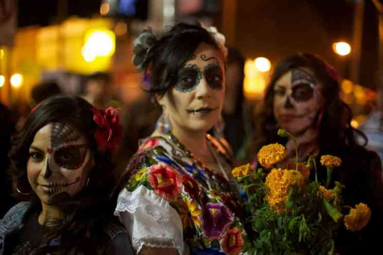 Dia_de_los_Muertos_Celebration_in_Mission_District_of_San_Francisco,_CA